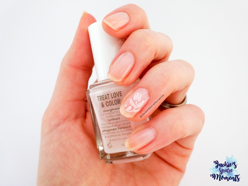 Nail art with Essence colour boost 01 Instant friendship (Essence that does stamp good!), Essie Treat Love & Color sheers to you and Dashica plate SdP-81