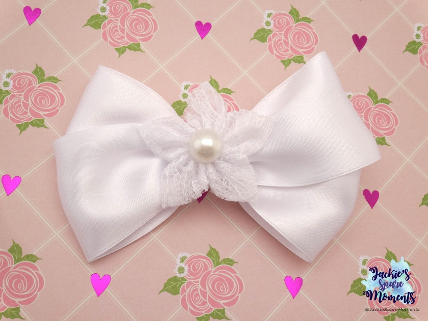 Witte satijnen haarstrik met kanten bloem voor eerste communie / White satin hair bow with lace flower