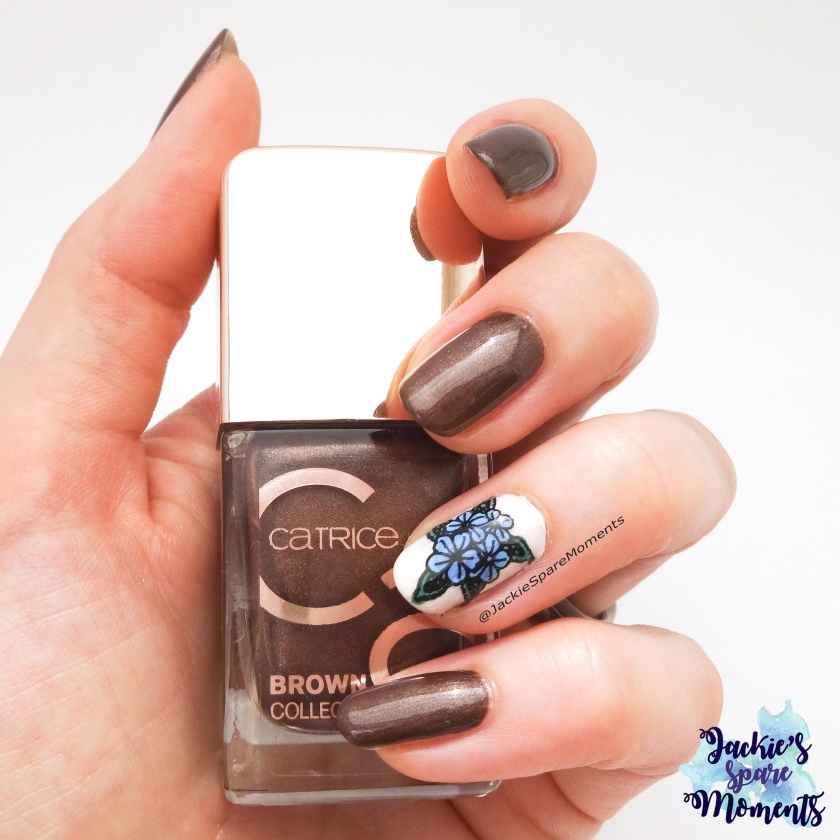 Nail art in pantone colours spring 2018, Catrice Brown Collection Nail Lacquer 01 Fashion Addicted. Accent Nail Essie Urban Jungle, L'Oreal 671 Monsieur Bleu, Catrice 13 Mermayday Mayday