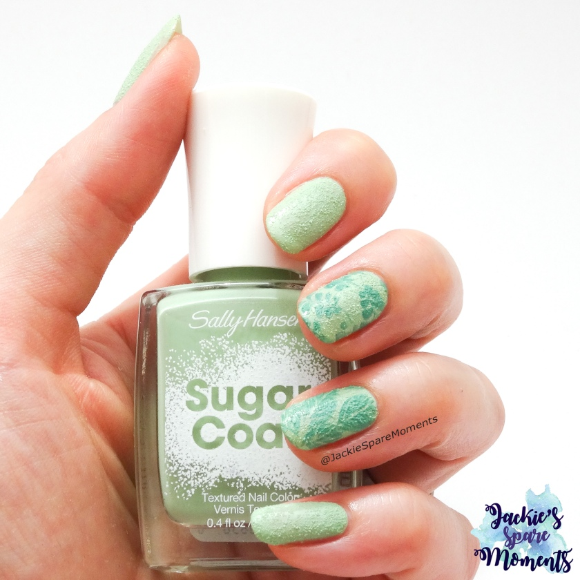 Nail art in de Pantone SS18 colours Nile Green and Arcadia, textured sugar coat polish and leaves stamping