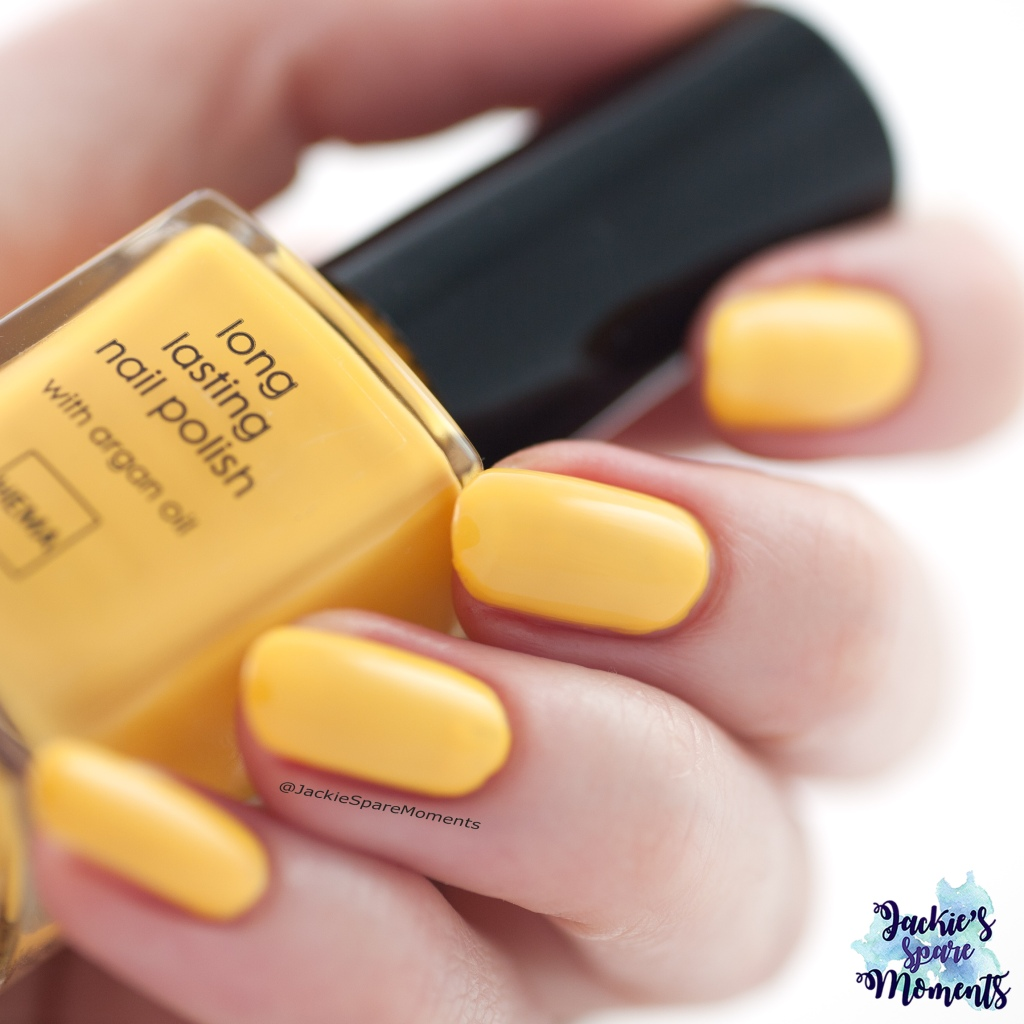 Hema long lasting nail polish 302 sunny flowers, two coats and top coat as Pantone Aspen Gold